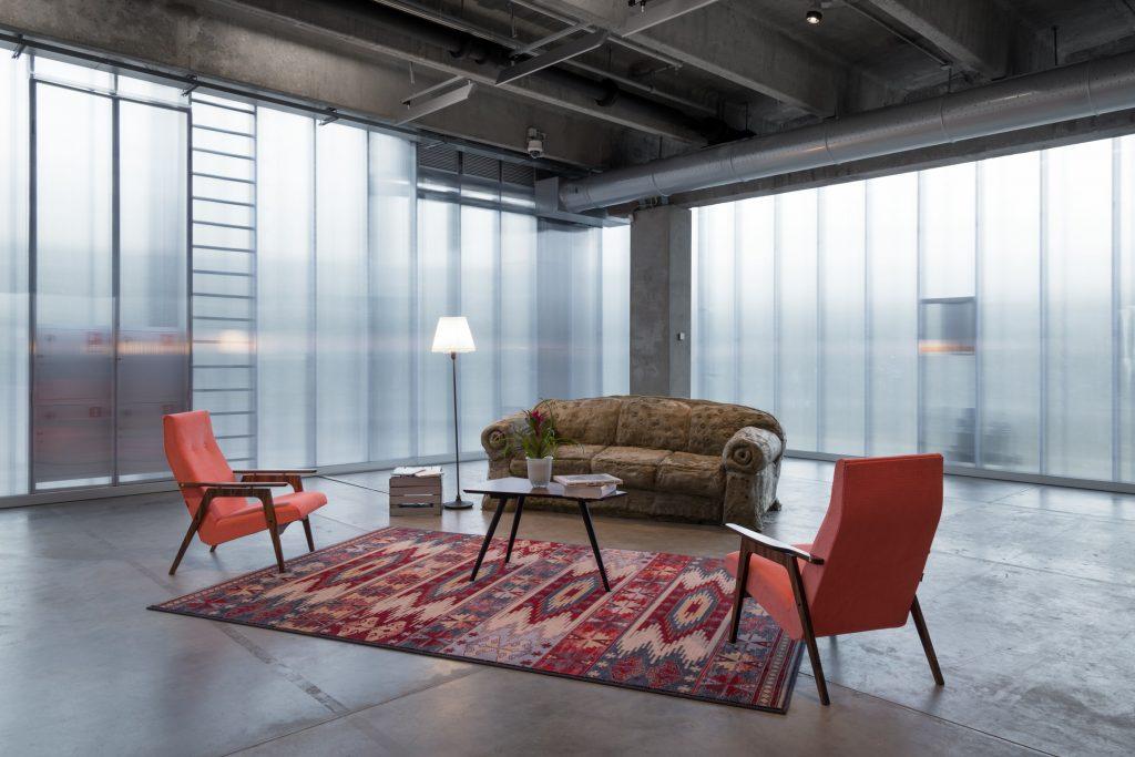 персональная выставка Урса Фишера, гостиная Урса Фишера, музей современного искусства Гараж, выставка Урса Фишера в музее Гараж, столик Supreme, столик Суприм, кресло Каллисто, совесткое кресло